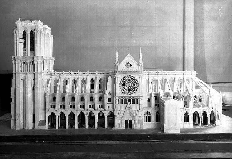 Maquette, vue latérale côté nord avec la sacristie sur le côté de laquelle apparaissent le plan et la signature