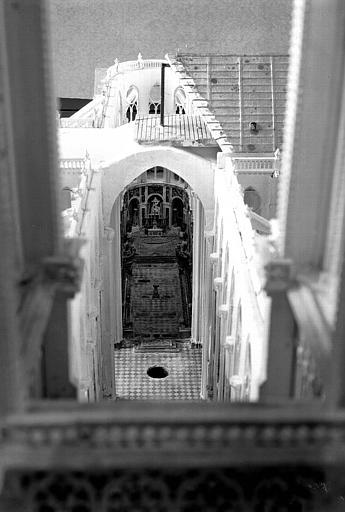 Intérieur de la maquette, dallage de la nef et choeur visibles