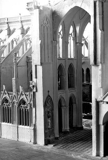 Maquette. vue du transept sud, une partie de la nef visible