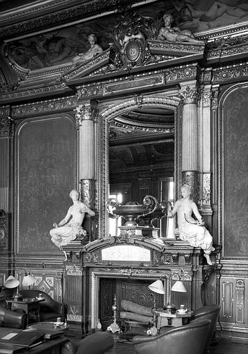 Grand Salon, cheminée décorée de sculptures bronze doré; Au centre : Danse des amours, marbre/au-dessus : Vase marbre rouge garni émail cloisonné vénitien/chaque côté statue femme marbre blanc : A G. l'harmonie, à D. la musique/au-dessus glace fronton déc