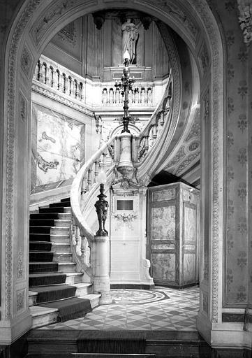 Onyx, médaillons, candélabres en bronze sculpté, escalier du vestibule d'entrée