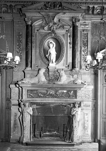 Cheminée de la salle à manger, sur le manteau de la cheminée, bas-relief en bronze ciselé représentant La chasse