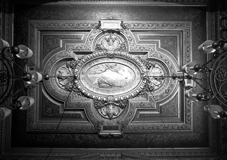 Bas-relief au centre du plafond de la salle à manger, reproduction de : Diane couchée sur un cerf
