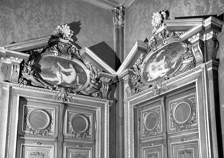 Bas-relief au-dessus des portes de la salle à manger : La chasse et La vendange