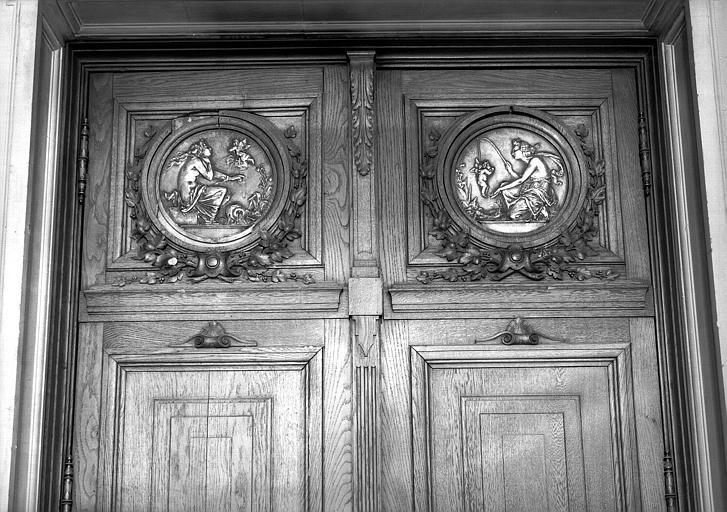 Médaillons en bronze : Qui ne fait châteaux en Espagne et Petit poisson deviendra grand, rez-de-chaussée, vestibule du grand escalier
