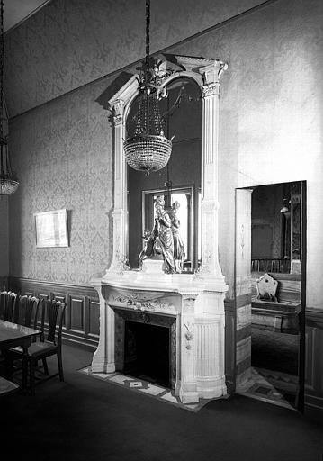Grande chambre de toilette, cheminée en marbre blanc de Carrare/groupe en bronze argenté représentant La femme et l'enfant/corniche Louis XIII au milieu de laquelle trois colombes se becquettent au millieu buisson de roses