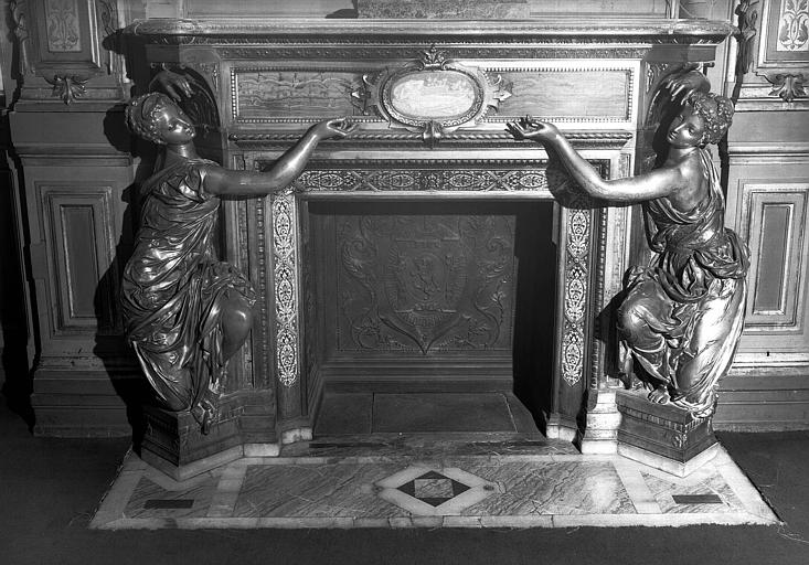 Grande chambre, cheminée en malachite verte et encadrement en bronze doré avec devant un médaillon en émail camaïeu représentant une femme couchée, deux statues de femme en bronze argenté forment les montants