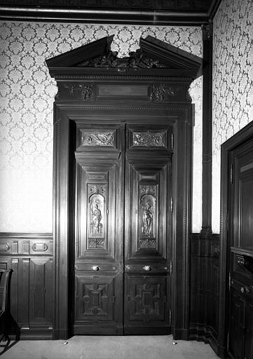 Portes de la bibliothèque décorées de médaillons représentant Les Arts