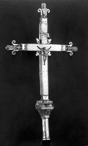 Croix processionnelle en argent estampé et gravé, trois-quarts