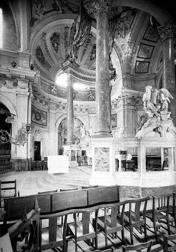Choeur, vue latérale de l'autel et du baldaquin