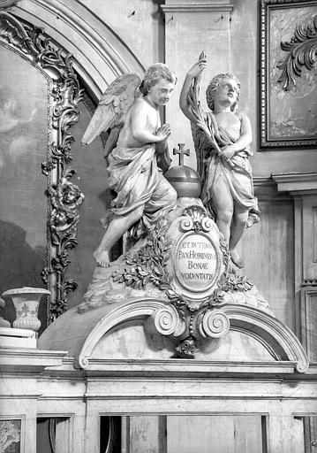Base du balaquin, groupe sculpté, deux angelots