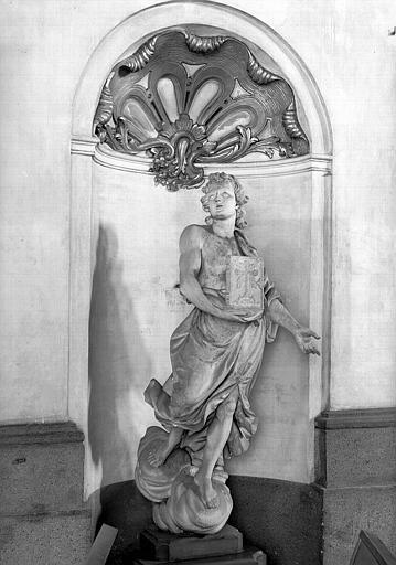 Statue d'ange portant le nouveau testament
