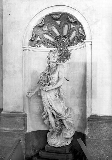 Statue d'ange portant la couronne d'épines