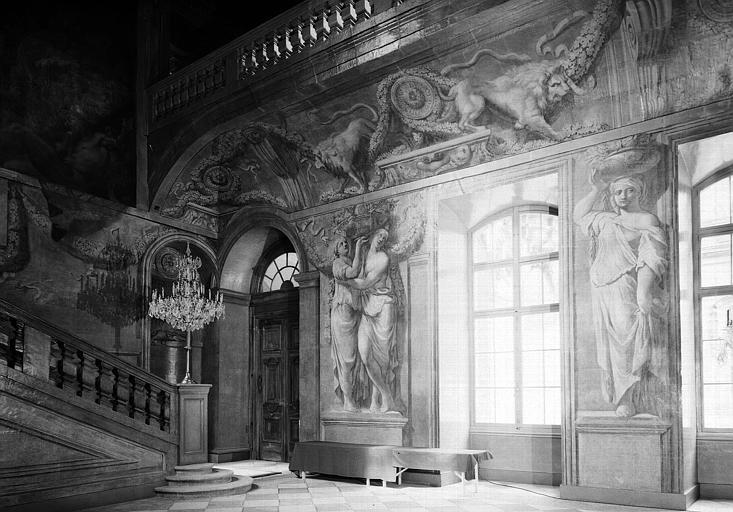 Grand escalier, mur ouest décoré
