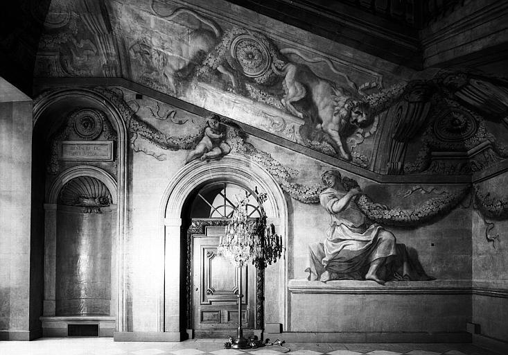 Grand escalier, mur est décoré