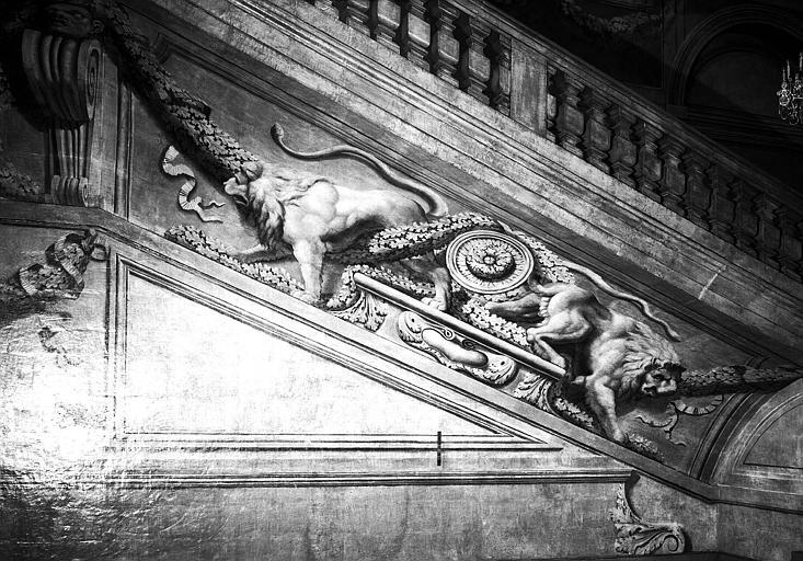 Grand escalier, paroi est décorée