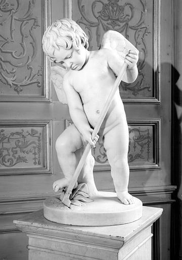 Statue de marbre : Amour fossoyeur, cabinet de Minerve