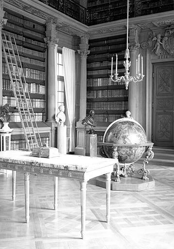 Vue de l'extrémité de la salle avec les tables à gibier, le globe céleste de Corielli et les bustes, salle de lecture