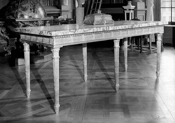 Table à gibier en bois doré et dessus en marbre, époque Louis XVI, salle de lecture