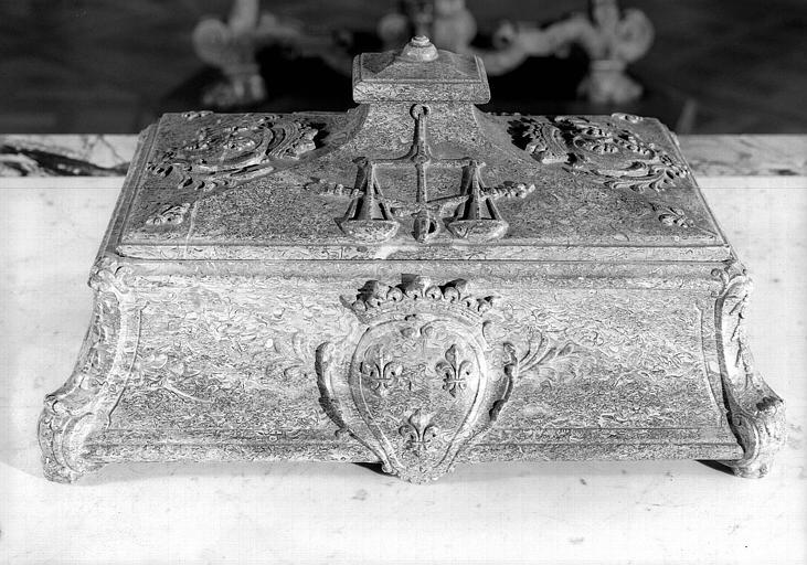 Encrier en marbre aux armes du Grand Condé, de face, salle de lecture