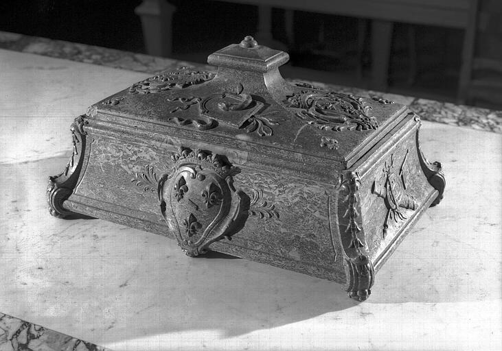 Encrier en marbre aux armes du Grand Condé, de trois-quarts face, salle de lecture