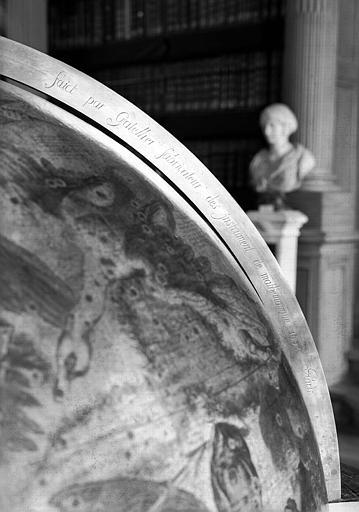 Globe céleste, détail : Signature de Gatellier sur le montant de bronze, salle de lecture