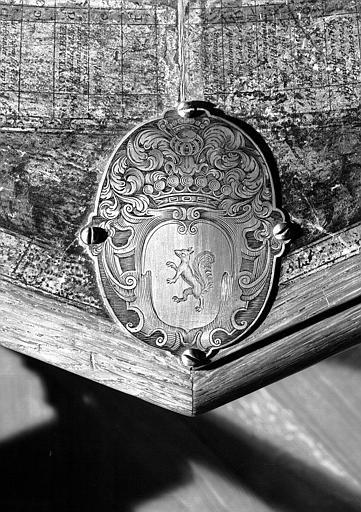 Globe céleste, détail : Armes de la famille Fouquet sur la plaque de bronze du bâti, salle de lecture