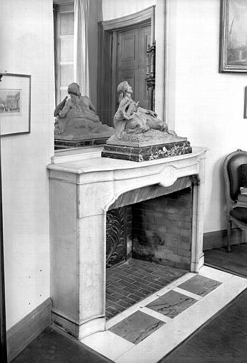 Bureau du conservateur, cheminée en pierre avec décor gravé et statuette