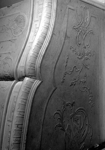 Bureau du conservateur, cheminée en pierre avec décor gravé, détail du dessus décoré