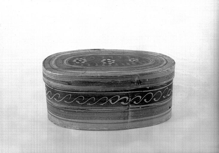 Boîte ovale en bois peint