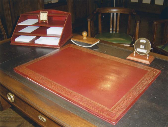Bureau du Général de Gaulle : parure de bureau en cuir, sous-main, trieur