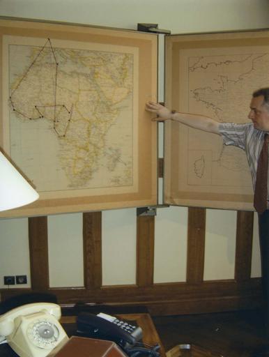 Bureau du Général de Gaulle : support mural avec cartes
