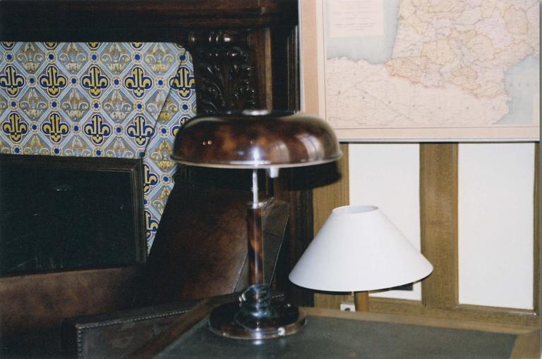 Bureau du Général de Gaulle : lampe de bureau 'long neck' en laiton à abat-jour conique en tôle peinte