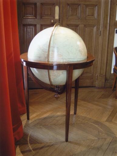 Bureau du Général de Gaulle : globe terreste au 1/20 000 000e sur trépied
