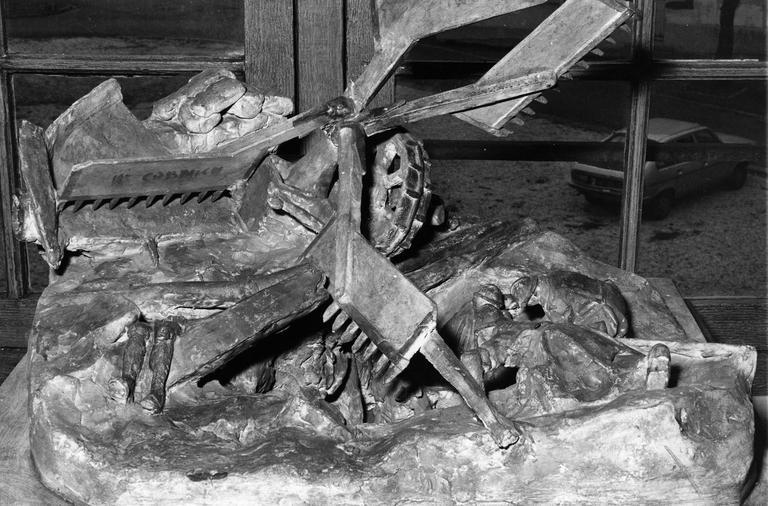 maquette : Relevé de blessés ensevelis par un obus (sous les ruines d'un moulin à vent) dans un village bombardé