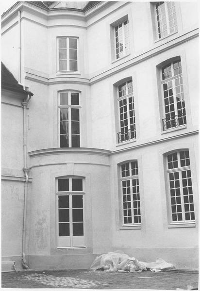Cour intérieure, vue partielle