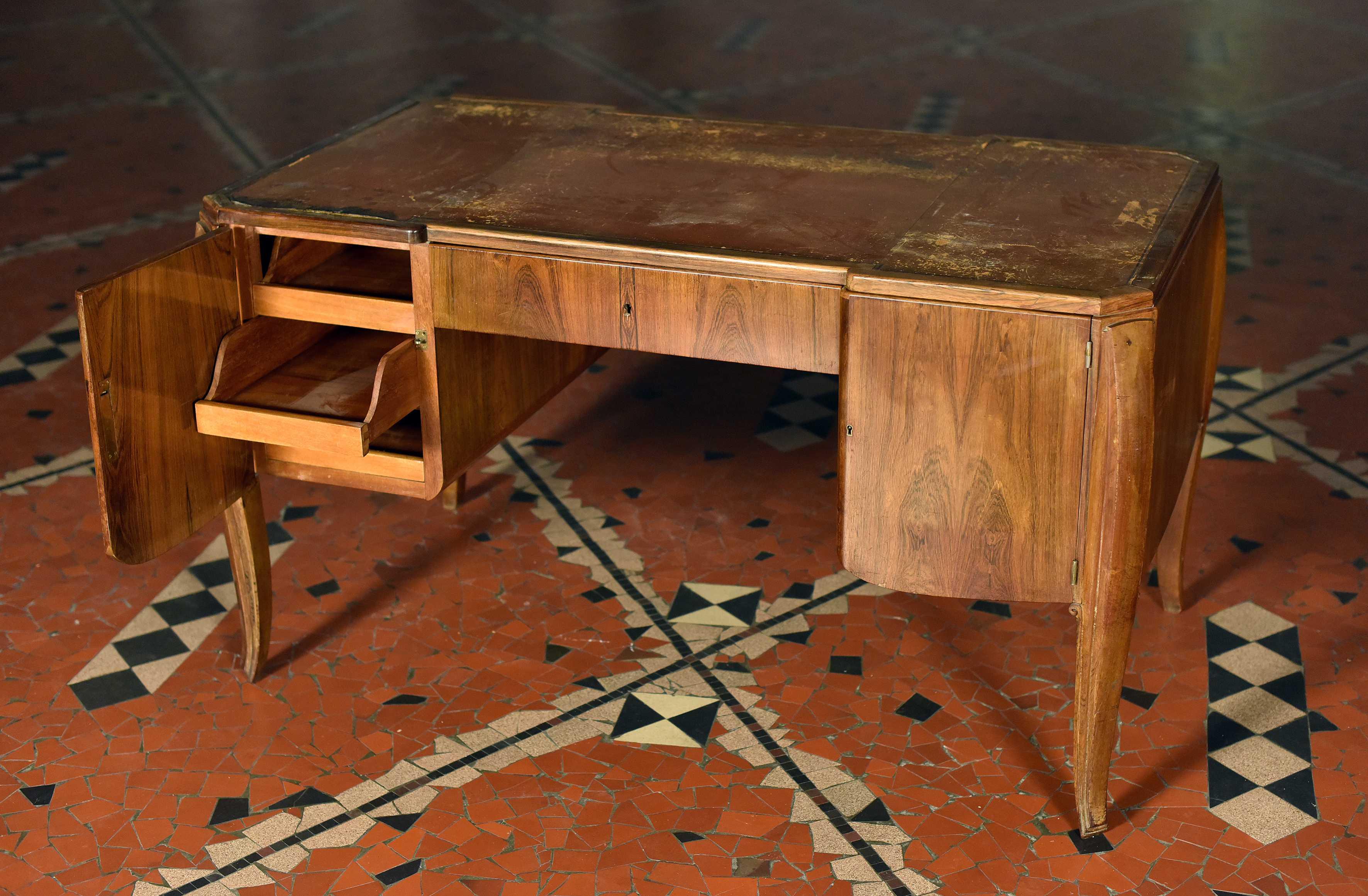 Petit bureau à deux compartiments latéraux et un tiroir central