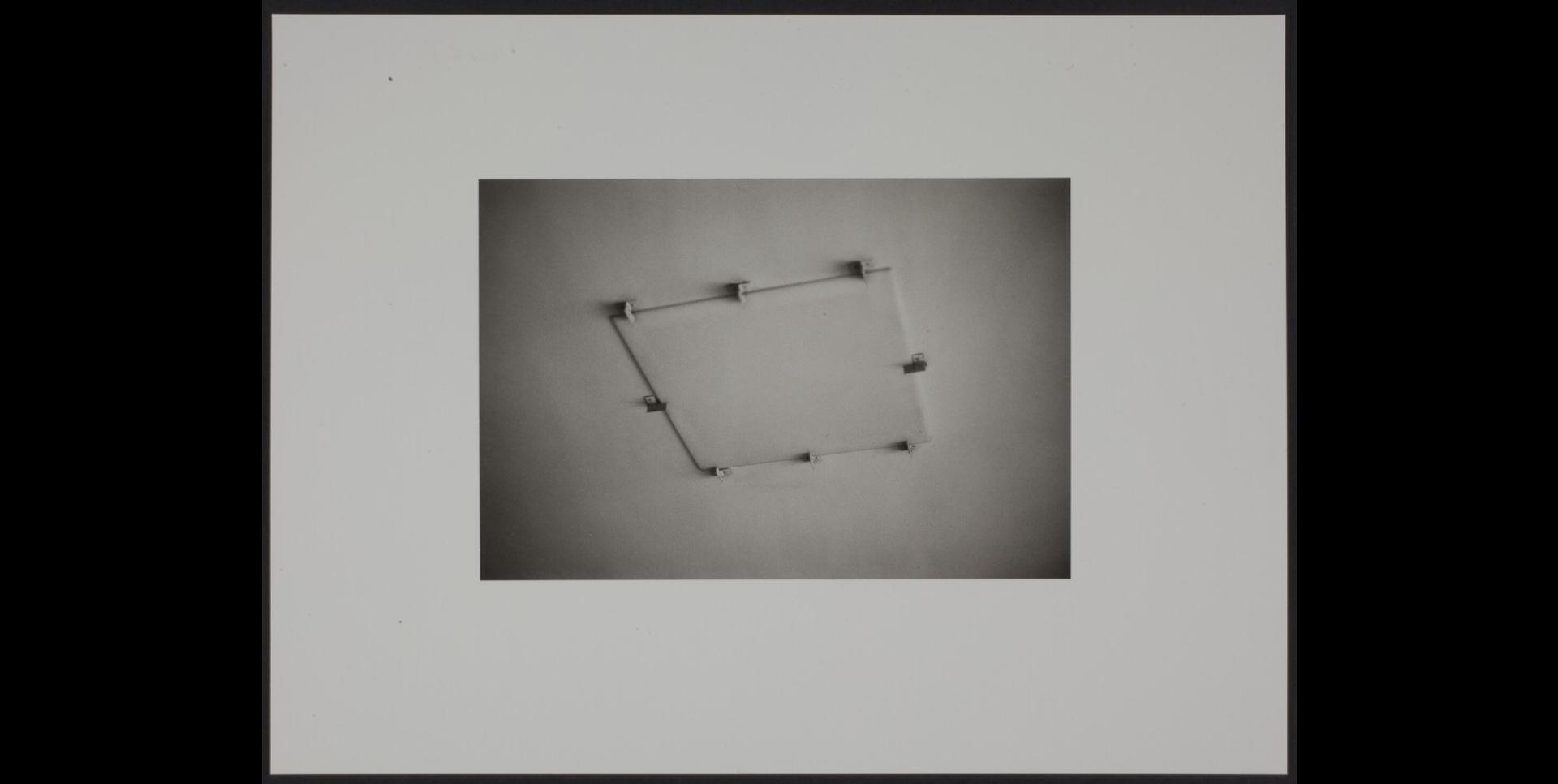 Trois plafonniers carrés encastrés dans le plafond
