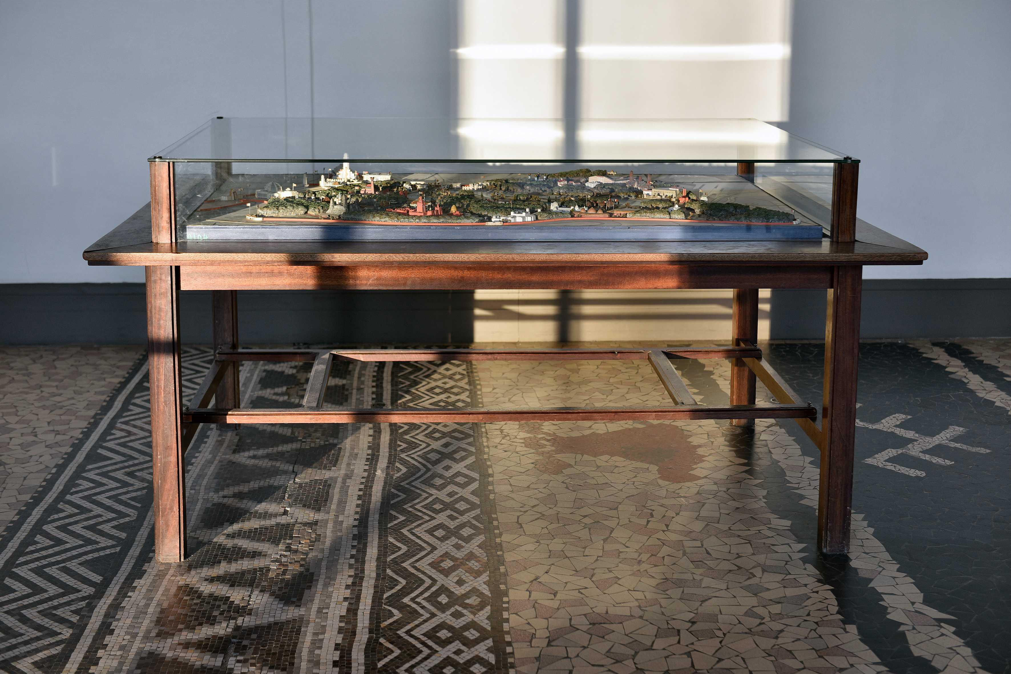 Maquette de l'exposition coloniale et sa table-vitrine
