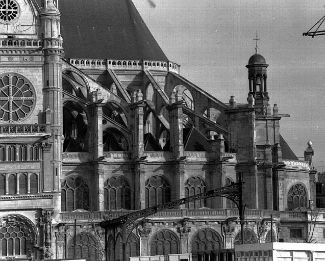 Façade sud visible en partie, extrémité du transept et arcs-boutants