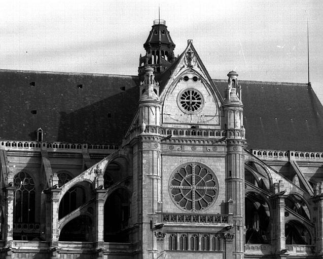 Façade sud, vue d'extrémité du transept et des arcs-boutants