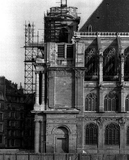 Façade sud, côté ouest : Tours et portique de façade visibles