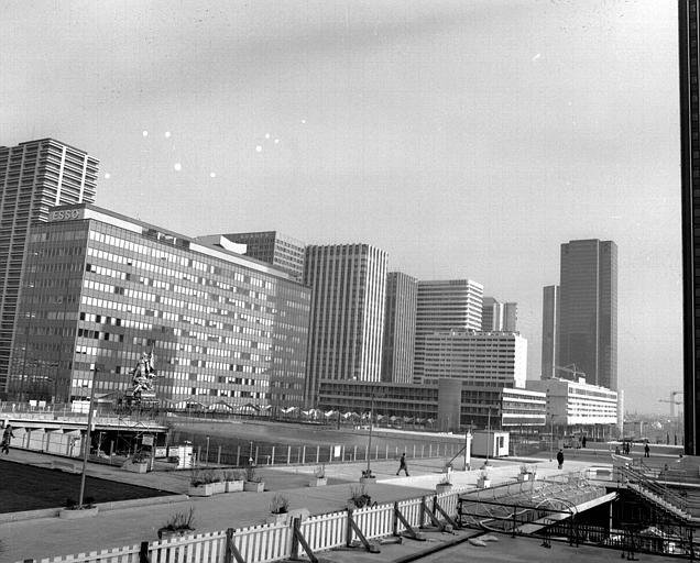 Vue d'ensemble, au premier plan l'immeuble Esso, à l'extrème droite la tour du Gan et devant le passage piétonnier