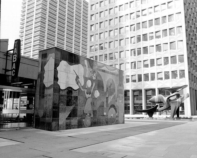Monument peint-Sculpture situé sur la dalle entre la tour Fiat et la CB 2