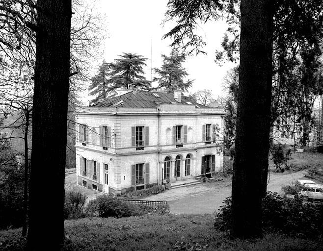 Vue de trois-quarts, côté et façade postérieure, jardins