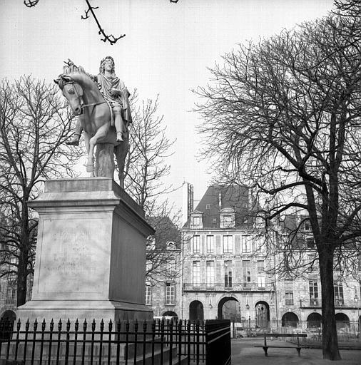 Statue de Louis XIII et Pavillon de la Reine