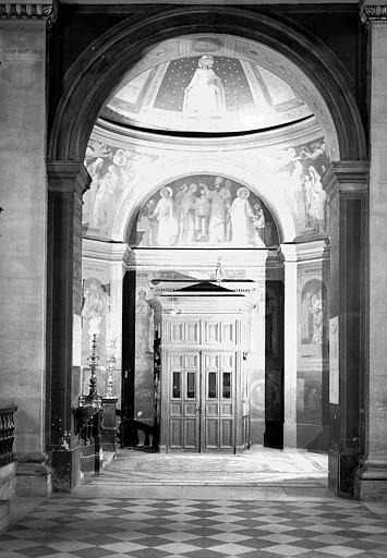 Chapelle des fonts baptismaux : Vue d'ensemble vers le tambour d'entrée
