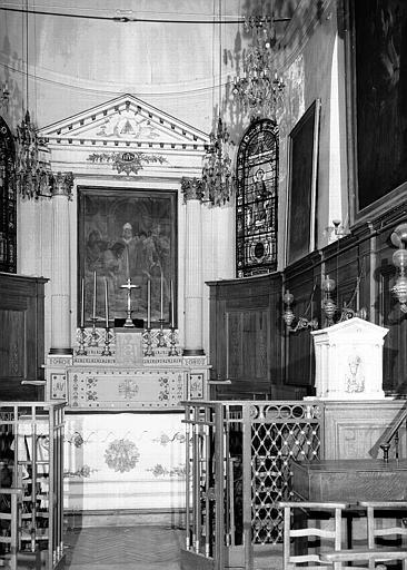Chapelle : Vue intérieure de la nef vers le choeur
