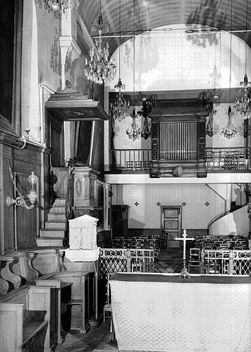 Chapelle : Vue intérieure de la nef vers la chaire et le buffet d'orgues