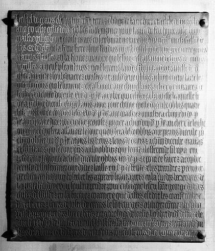 Plaque de cuivre de la chapelle : Plaque funéraire et de fondation de messes de Gilles Huet, mort en 1481, et de sa femme Jeanne